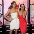 Karlie Kloss et Adriana Lima prennent la pose pour une journée promo Victoria's Secret à New York. Les deux Anges ont rencontré la presse et leurs fans le 9 décembre à l'occasion de la diffusion du show annuel de la marque le 10 décembre 2013 sur CBS.