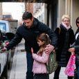 La jolie Suri Cruise, glace à la main, à la sortie de son école à New York le 11 décembre 2013.