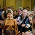 La reine Mathilde de Belgique était superbe dans une tenue couleur bronze le 11 décembre 2013 au concert de Noël au palais royal, à Bruxelles.