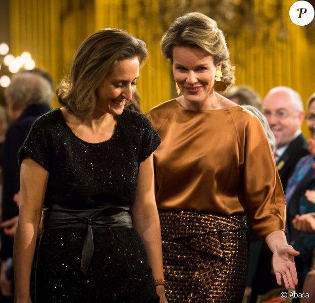 La reine Mathilde de Belgique et la princesse Claire s'installant le 11 décembre 2013 pour le concert de Noël au palais royal, à Bruxelles.