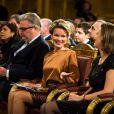 Le roi Philippe et la reine Mathilde de Belgique, assise à côté du prince Laurent et complice avec la princesse Claire, assistaient le 11 décembre 2013 au concert de Noël au palais royal, à Bruxelles.
