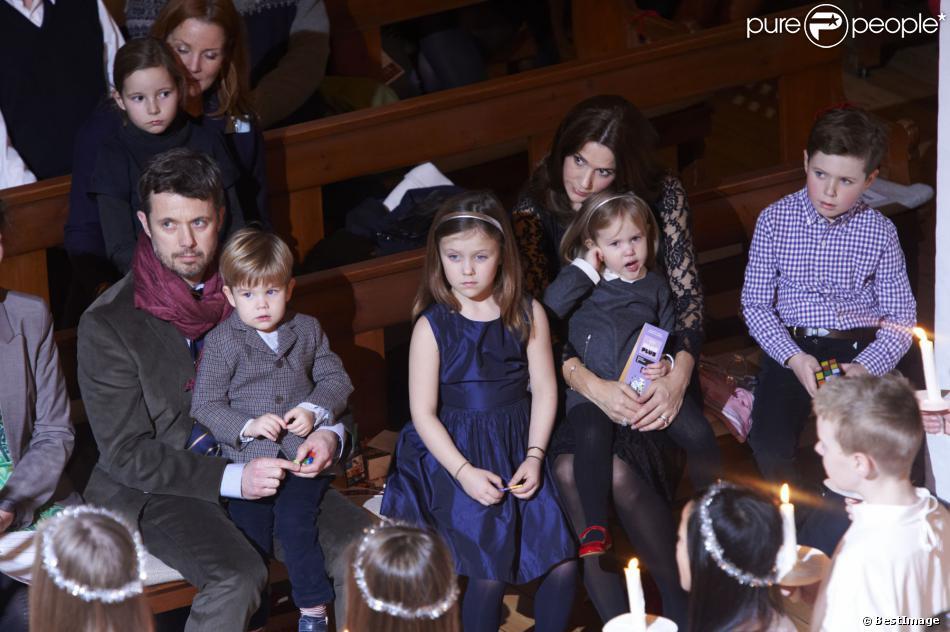 Le prince Frederik et la princesse Mary assistaient au premier rang avec leurs quatre enfants, le prince Christian (8 ans), la princesse Isabella (6 ans), et les jumeaux Vincent et Joséphine (bientôt 3 ans), au concert de Noël du choeur d'enfants du Conservatoire royal de musique, le 15 décembre 2013 en l'église d'Isaiah à Copenhague.