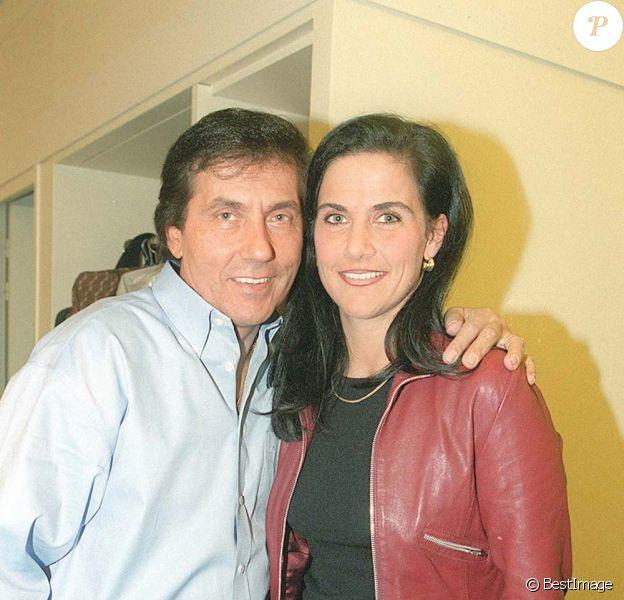 Frank Michael et sa fille Sandra dans les coulisses de L'Olympia, à Paris, le 21 janvier 2001.
