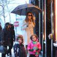Mariah Carey et ses enfants Monroe et Moroccan font du shopping sous la neige pendant leur sejour à Aspen, le 20 décembre 2013.