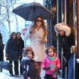 Mariah Carey et ses jumeaux Monroe et Moroccan font du shopping sous la neige pendant leur sejour à Aspen, le 20 décembre 2013.