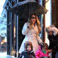 La chanteuse Mariah Carey et ses jumeaux Monroe et Moroccan font du shopping sous la neige pendant leur séjour à Aspen, le 20 décembre 2013.