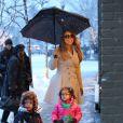 Mariah Carey et ses jumeaux Monroe et Moroccan font du shopping sous la neige pendant leur séjour à Aspen, le 20 décembre 2013.