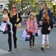 Denise Richards et ses filles Sam, Lola et Eloise dans les rues de Santa Monica, le 22 décembre 2013.