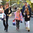 Denise Richards dans les rues de Santa Monica avec ses filles Sam, Lola et Eloise, le 22 décembre 2013.