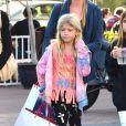 Denise Richards avec ses filles Sam, Lola et Eloise font du shopping de Noël de dernière minute à Santa Monica, le 22 décembre 2013.
