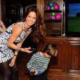 Brooke Burke-Charvet s'amuse avec ses enfants, lors d'une fête à son domicile de Malibu, grâce au jeu vidéo Wii Sports Club Golf sur la console Wii U, le 19 décembre 2013.