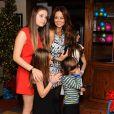Brooke Burke-Charvet s'amuse avec ses amis et ses enfants, lors d'une fête à son domicile de Malibu, grâce au jeu vidéo Wii Sports Club Golf sur la console Wii U, le 19 décembre 2013.