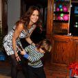 La jolie Brooke Burke-Charvet s'amuse avec ses amis et ses enfants, lors d'une fête à son domicile de Malibu, grâce au jeu vidéo Wii Sports Club Golf sur la console Wii U, le 19 décembre 2013.