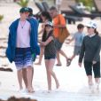 Exclusif - Julianne Moore, son mari Bart Freundlich et leurs enfants Caleb et Liv Helen se baignent lors de leurs vacances à Mexico, le 6 janvier 2014.
