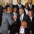 Barack Obama et Ray Allen, alors qu'il recevait l'équipe championne NBA du Heat de Miami à la Maison Blanche à Washington, le 14 janvier 2014