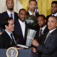 Barack Obama recevait l'équipe championne NBA du Heat de Miami à la Maison Blanche à Washington, le 14 janvier 2014, et s'est vu remettre une réplique du trophée signée de tous les joueurs de l'équipe des mains du coach Erik Spoelstra