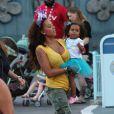 Mel B et ses filles Angel et Madison à Disneyland, à Los Angeles, le 26 juin 2013.