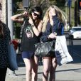 Kylie Jenner rejoint des amis au Caffe Urth a West Hollywood, le 16 janvier 2014. Kylie Jenner hides her face while meeting some friends for lunch at Urth Caffe in West Hollywood, California on January 16, 2014.16/01/2014 - West Hollywood