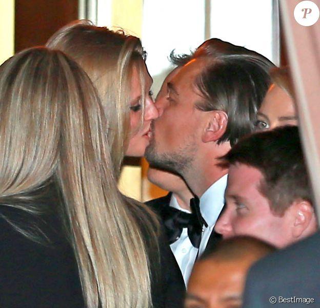 Exclusif - Leonardo DiCaprio et sa petite-amie Toni Garrn échangent un baiser lors de l'after-party des Golden Globes à West Hollywood, le 12 janvier 2014.