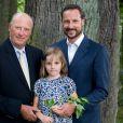 Photo de la princesse Ingrid Alexandra de Norvège le 28 août 2009, entourée de son grand-père le roi Harald V et de son père le prince Haakon.