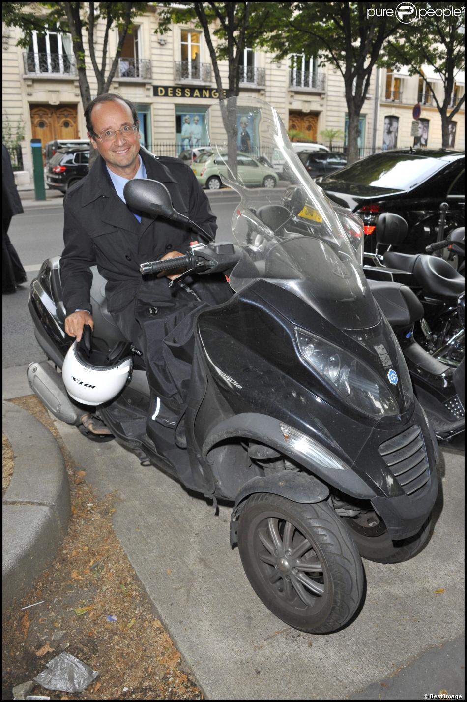 gayetgate fran ois hollande son casque de scooter en rupture de stock purepeople. Black Bedroom Furniture Sets. Home Design Ideas