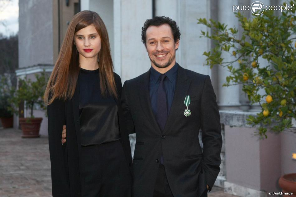 Stefano Accorsi pose officiellement avec sa compagne Bianca Vitali, 22 ans, lors de la remise des insignes de chevalier de l'ordre des Arts et des Lettres à l'ambassade de France à Rome, le 21 janvier 2014.