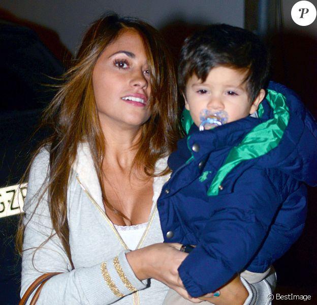 Antonella Rocuzzo, la compagne de Lionel Messi, et leur fils Thiago Messi à l'anniversaire de Milan, le bébé de la chanteuse Shakira et de Gerard Piqué, à Barcelone le 23 janvier 2014