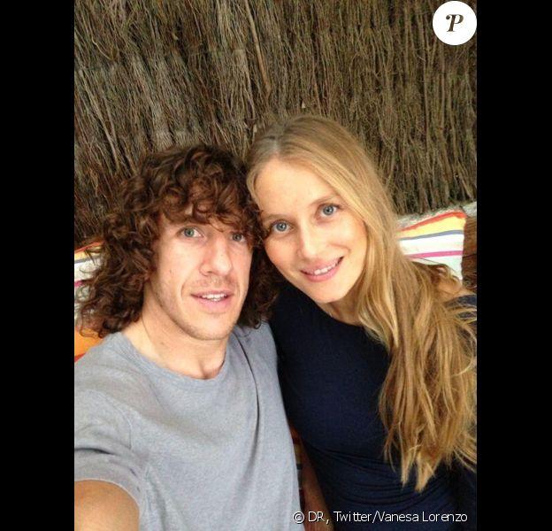 Carles Puyol du FC Barcelone et sa compagne Vanesa Lorenzo le 7 septembre 2013 au moment de l'annonce sur les réseaux sociaux de la grossesse de madame. Le couple a accueilli le 24 janvier 2014 son premier enfant, une petite Manuela.