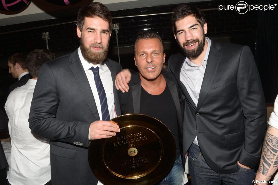 Luka Karabatic, Jean-Roch et Nikola Karabatic au restaurant la Gioia à Paris pour célébrer le titre de champion d'Europe de handball décroché face au Danemark, le 27 janvier 2014