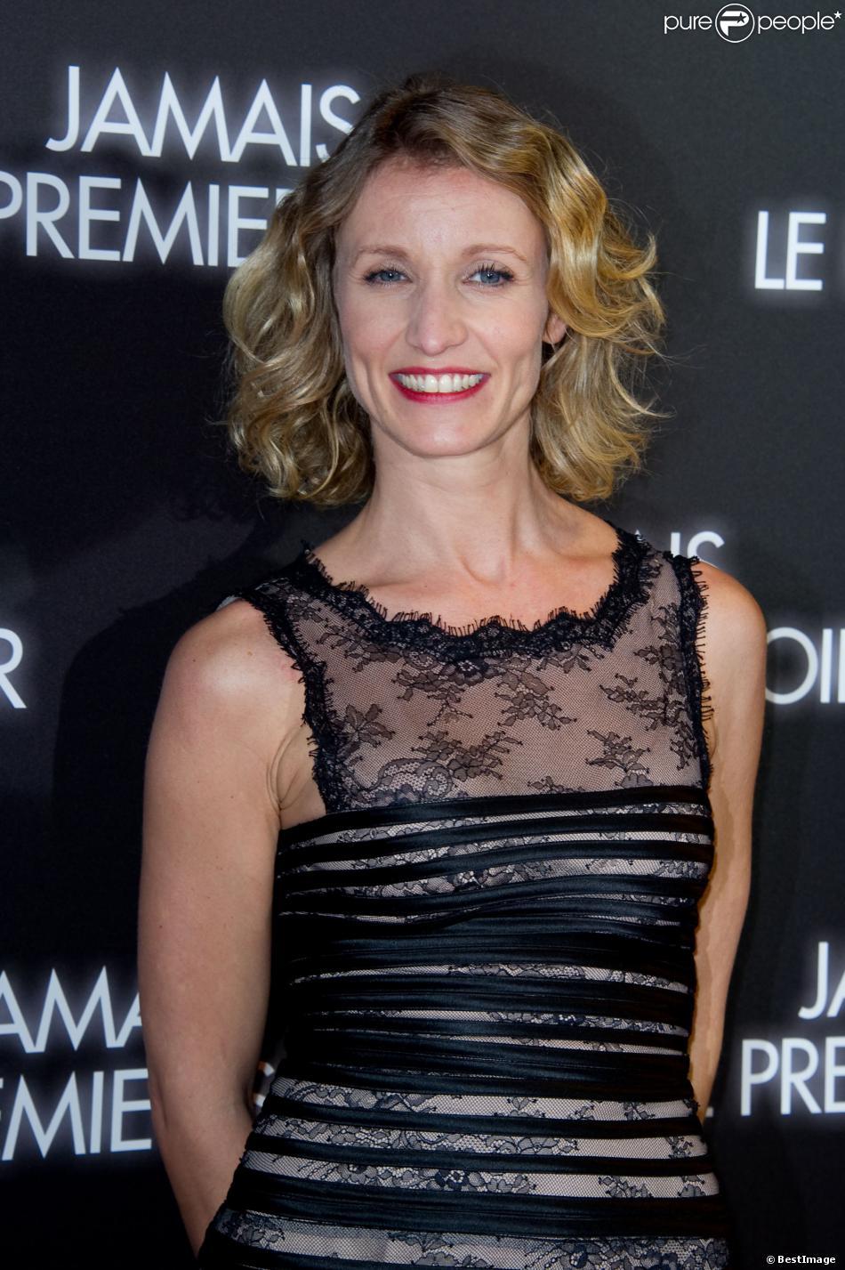 """Alexandra Lamy lors de l'avant-première du film """"Jamais le premier soir"""" à Paris le 19 décembre 2013"""