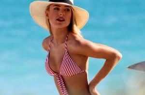 Kimberley Garner : En bikini, la bombe anglaise use de ses charmes à la plage