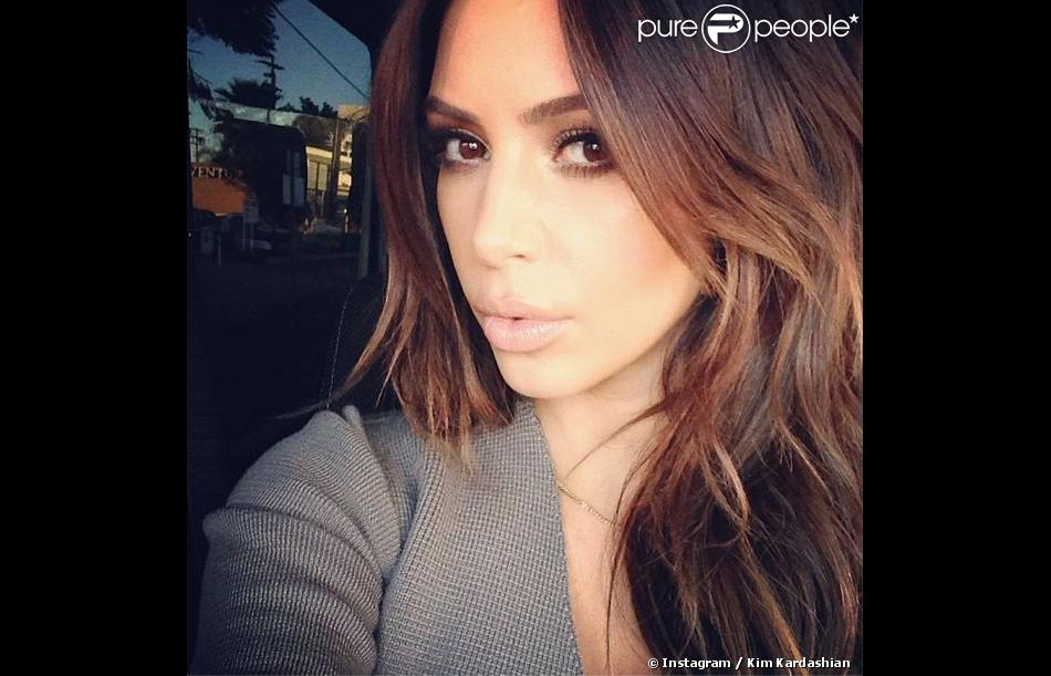 kim kardashian de nouveau brune fini le blond elle. Black Bedroom Furniture Sets. Home Design Ideas