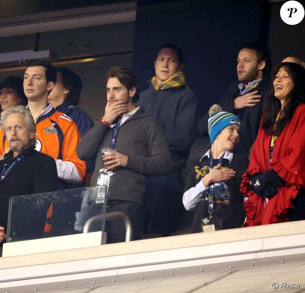 Michael Douglas, Catherine Zeta-Jones et leurs enfants lors du 48e Super Bowl entre les Broncos de Denver et les Seahawks de Seattle, le 2 février 2013 au Metlife Stadium de New York à East Rutherford, dans le New Jersey