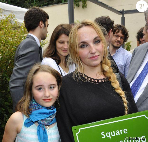 Chloé Mons et sa fille Poppée à l'inauguration du square Alain-Bashung, dans le 18e arrondissement de Paris, le 21 juin 2012.