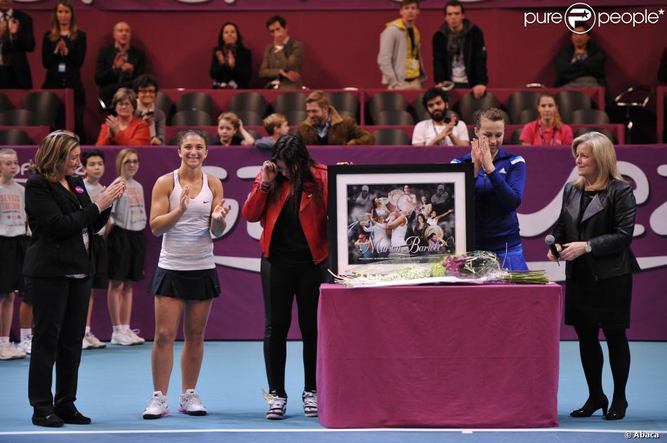 Marion Bartoli, en larmes, reçoit un hommage de la WTA après la finale de l'Open GDF-Suez qui opposait Anastasia Pavlyuchenkova et Sarah Errani, le 2 février 2014 au stade Pierre de Coubertin à Paris