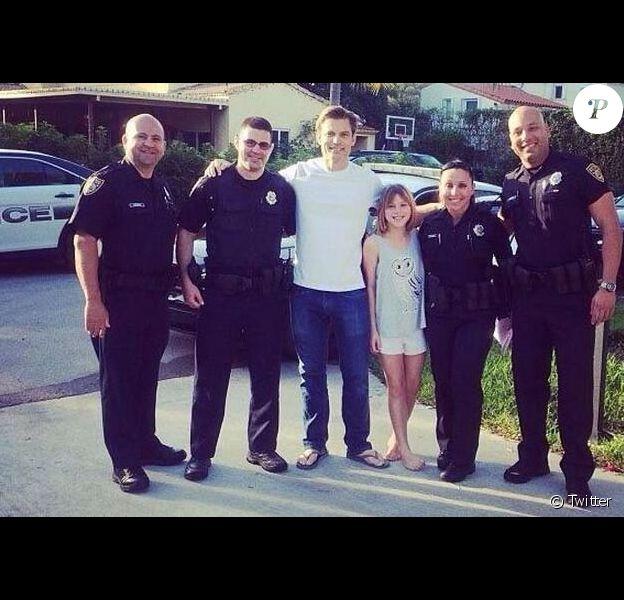 Casper Van Dien avec sa fille et des officiers de police de Miami après l'arrestation d'un individu ivre qui s'était introduit dans la maison du comédien le 2 février 2014.