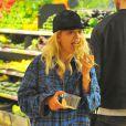 Rita Ora et son boyfriend Calvin Harris font des courses à Whole Foods de Los Angeles, le 6 février 2014.