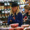 Rita Ora et son petit ami Calvin Harris font des courses à Whole Foods de Los Angeles, le 6 février 2014.