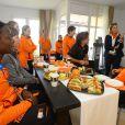 Le roi Willem-Alexander et la reine Maxima des Pays-Bas, aux couleurs de leur délégation, ont rencontré le 8 février 2014 à Sotchi les athlètes néerlandais engagés dans les Jeux olympiques d'hiver
