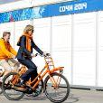 Le roi Willem-Alexander des Pays-Bas et la reine Maxima à vélo dans le village olympique des Jeux de Sotchi, le 8 février 2014