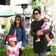 Kourtney Kardashian avec ses enfants et sa mère Kris Jenner à Los Angeles, le 28 novembre 2013.