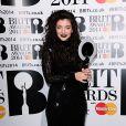 Lorde et son prix d'artiste féminin international de l'année lors des Brit Awards 2014 à l'O2 Arena. Londres, le 19 février 2014.