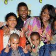 Usher avec son ex-femme Tameka Raymond avec le beau-fils du chanteur, Kyle Glover (en bas à droite), en juillet 2008 aux Nickelodeon Kids Choice Awards.