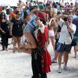 Chrissy Teigen s'éclate avec un pirate sur une plage de Miami. Le 20 février 2014.