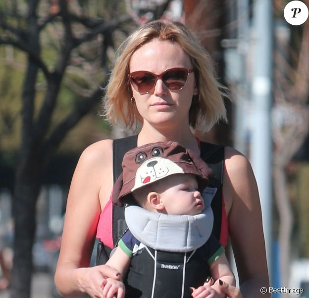 Exclusif - Malin Akerman se balade avec son fils Sebastian à Hollywood, Le 21 février 2014