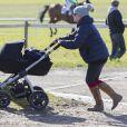 Zara Philips promène sa fille Mia lors d'un concours hippique à Barbury le 16 février 2014, première sortie du bébé de Zara et de son mari Mike Tindall
