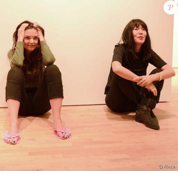 Jeanne Yang et l'actrice Katie Holmes, dans les coulisses de leur défilé pour la collection prêt-à-porter Printemps 2014, à la fashion week de New York, le 9 septembre 2013.