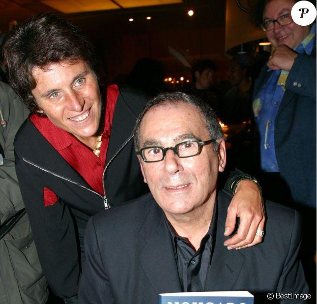 Claude Nougaro et sa femme Hélène, lors d'une séance de dédicace de son L'ivre d'images, à Paris le 16 octobre 2002