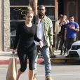 Kim Kardashian sort d'un salon de manucure avant de rejoindre son fiancé Kanye West à Los Angeles, le 3 janvier 2014.