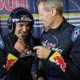 José Garcia s'essaye à l'aviation de haute voltige lors de la Red Bull Air Race d'Abu Dhabi le 28 février